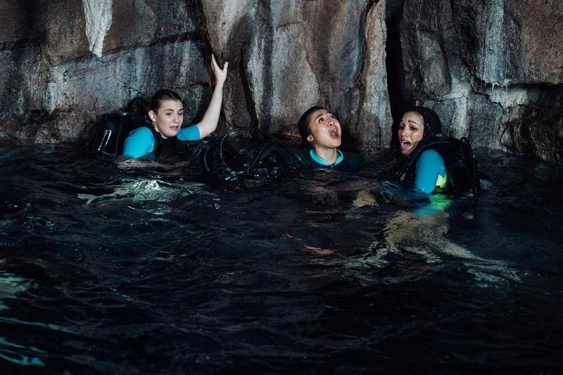 4 cô gái bị mắc kẹt dưới lòng đại dương